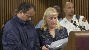 Ariel Castro (G) menotté, accompagné de Kathleen DeMetz, une avocate commise d'office, comparaît devant un tribunal de la ville, le 9 mai 2012.