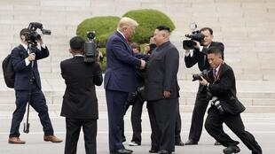 Ảnh tư liệu: Tổng thống Mỹ Donald Trump (T) gặp lãnh đạo Kim Jong Un tại Bàn Môn Điếm, Hàn Quốc, ngày 30/06/2019.