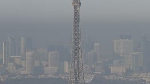 A picture taken on December 5, 2016 in Paris shows the Eiffel tower in the smog. Pollution reaches a peak in Paris on December 5, 2016.