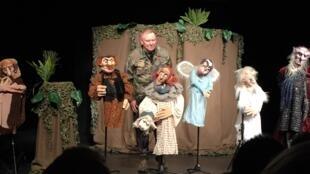 "O marionetista australiano Neville Tranter com alguns de seus bonecos de ""Babylon""."