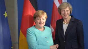 Thủ tướng Đức Angela Merkel (T) tiếp đồng nhiệm Anh Theresa May tại Berlin, 20/07/2016