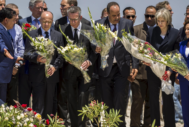 Ba bộ trưởng Châu Âu dự lễ đặt vòng hoa tưởng niệm các nạn nhân khủng bố ở Tunisia -  REUTERS /Zohra Bensemra