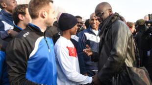 En décembre 2016, l'ancien joueur international de football Lilian Thuram avait rendu visite aux réfugiés de Croisilles avant leur match amical face à l'équipe locale.