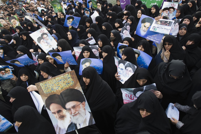 Портреты аятоллы Хоменеи на манифестации в Тегеране после пятничной молитвы