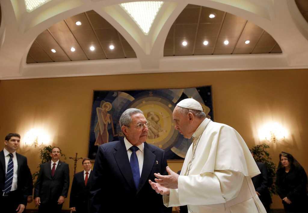 Giáo Hoàng Phanxicô (phải) tiếp Chủ tịch Cuba  Raul Castro tại Vatican ngày 10/05/2015.