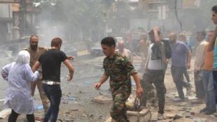 Les forces de sécurité syriennes évacuent de personnel médical de l'hôpital de Muhafaza, à Alep, après des tirs rebelles meurtriers, le 3 mai 2016.