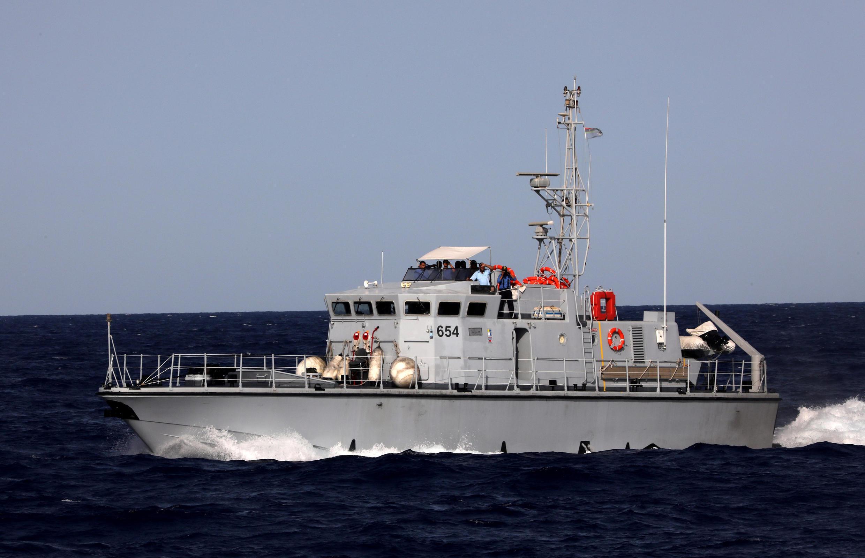 Un navire des garde-côtes libyens, lors de la confrontation avec le bateau de l'ONG Proactiva Open Arms, au large de la Libye le 15 août 2017.