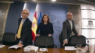 El ministro de Hacienda, Cristóbal  Montoro, a vicepresidenta del  gobierno español, Soraya Sáenz de Santamaría y el ministro de Cultura español José Ignacio Wert, el 13 de abril de 2012 en Madrid.