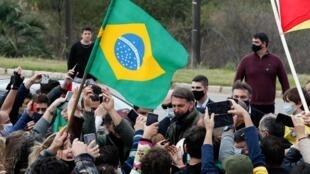 Le président brésilien d'extrême droite Jair Bolsonaro rencontre ses partisans, à Bage, le 31 juillet 2020. (photo d'illustration)