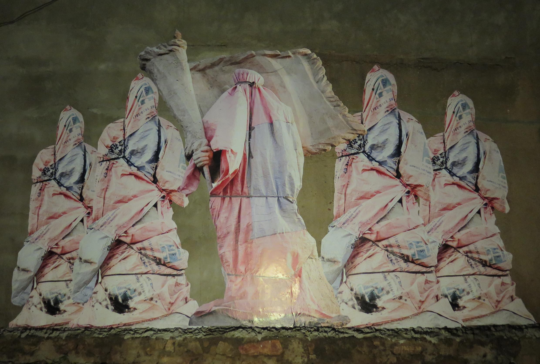Vue de l'installation «Mali Militari», au Bla-Bla bar à Bamako, en collaboration avec la Galerie Cécile Fakhoury dans le cadre du «off» des Rencontres de Bamako 2015.