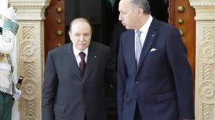 Le président algérien Abdelaziz Bouteflika (G) et le ministre français des Affaires étrangères Laurent Fabius au palais présidentiel à Alger, le 16 juillet  2012.