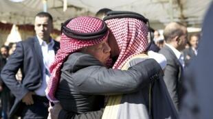 Le roi Abdallah II de Jordanie présente ses condoléances au père de Maaz al-Kassasbeh, le pilote assassiné par le groupe EI.