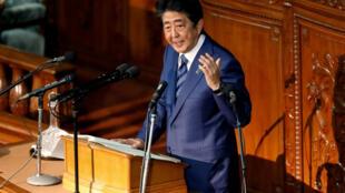 Shinzo Abe devrait soumettre son projet au Parlement japonais d'ici la fin de la session en cours, aux alentours du 10 décembre.
