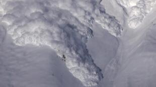Photographie d'une avalanche. Plusieurs événements peuvent en être à l'origine : le passage d'un skieur, une chute de neige exceptionnelle, un explosif (en cas de déclenchement volontaire), ou un séisme.