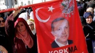 Le président turc, Recep Tayyip Erdogan célébré dans les rues d'Istanbul, le 18 juin 2019.