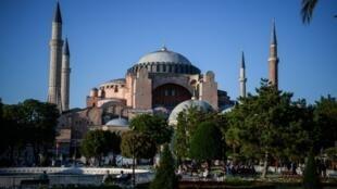 Pour l'anniversaire de la prise de Constantinople, un imam a donc récité la sourate 48 du Coran, Al-Fath, «la victoire éclatante», puis une prière célébrant la conquête, entre les murs de Sainte-Sophie, qui est pourtant un musée depuis 1934.