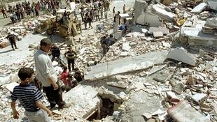 En Algérie, 10 ans après le séisme, à la sortie de Boumerdès des camps de préfabriqués existent toujours.