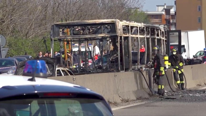 Os destroços de um ônibus que foi incendiado por seu motorista em protesto contra o tratamento de imigrantes que tentam atravessar o Mar Mediterrâneo são vistos em uma estrada em Milão, Itália, em 20 de março de 2019.