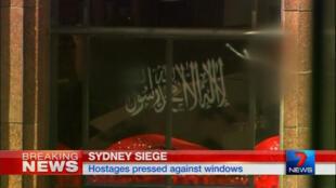 Le forcené a contraint les otages à afficher un drapeau noir comportant une phrase en arabe, la chahada, la profession de foi musulmane, disant « il n'y a pas d'autre dieu qu'Allah et Mahomet est son prophète ».