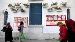 A Tunis, des passantes devant des affiches électorales, le 27 avril 2018, à l'approche des élections municipales tunisiennes.