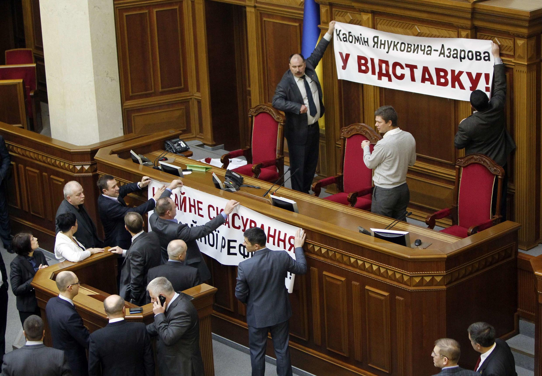 En Ukraine, les députés de l'opposition bloquent la tribune des orateurs au cours d'une cession du parlement le 5 avril 2013 à Kiev.