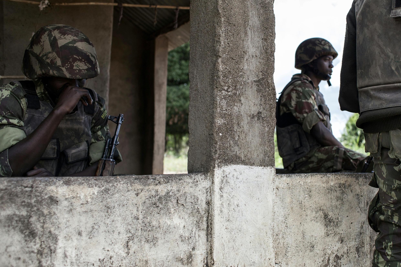 Soldados moçambicanos num posto de controlo de Vanduzi, na zona da Gorongosa. 26 de Maio de 2016.