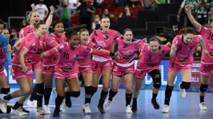 La joie des handballeuses de Brest, qualifiées pour la 1ère fois pour la finale de la Ligue des champions, après leur victoire face aux Hongroises de Györ, triples tenantes du titre, à l'issue d'une séance de tirs au but (4-2, 23-23 a.p.), le 29 mai 2021 à Budapest