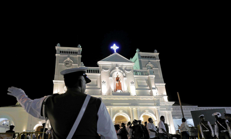 斯里兰卡首都科伦坡 Sri Lanka: Un officier de police le 12 juin 2019 règle la circulation lors de la cérémonie de réouverture du sanctuaire Saint-Antoine à Colombo, l'une des églises attaquées lors des attentats du 21 avril 2019.