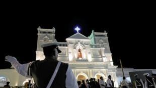 Un officier de police le 12 juin 2019 règle la circulation lors de la cérémonie de réouverture du sanctuaire Saint-Antoine à Colombo, l'une des églises attaquées lors des attentats du 21 avril 2019.