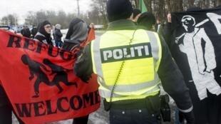 Cảnh sát can thiệp vào các bên biểu tình chống và ủng hộ nhập cư tại biên giới Đức-Đan Mạch ngày 09/01/2016.