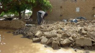 Le fleuve Niger connaît sa plus forte crue depuis 1929, les secours s'organisent pour prendre en charge environ 6 000 personnes sinistrées.