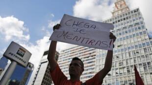 Protesto em frente ao prédio da Petrobras na Avenida Paulista, em São Paulo.