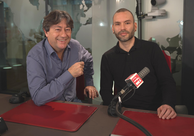 El artista venezolano Cristóbal Ochoa y Jordi Batallé en RFI