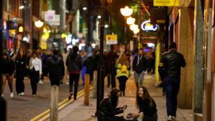 Người dân qua lại nhộn nhịp và nói chuyện trên đường phố trong lúc dịch bệnh bùng phát mạnh tại Liverpool, Anh, ngày 13/10/2020.