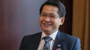 图为新加坡驻华大使罗家良