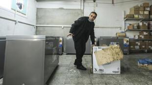 Palestino abre uma das primeiras caixas com a vacina russa Sputnik V contra a Covid-19, nesta quarta-feira, em Gaza.