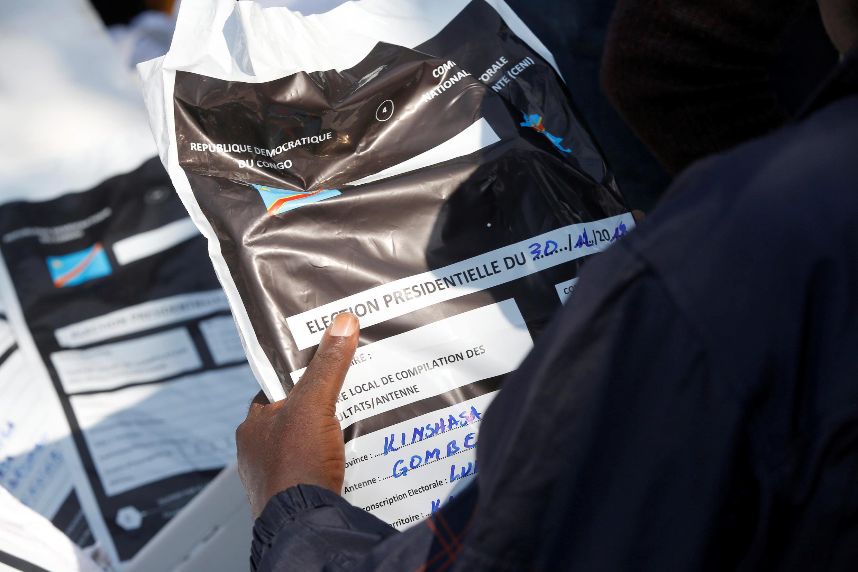 Un membre de la Céni transporte du matériel électoral après les élections générales en RDC, le 1 janvier 2019.