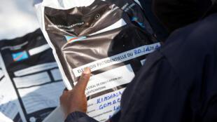 Un membre de la Céni transporte du matériel électoral après les élections générales en RDC, le 1er janvier 2019.