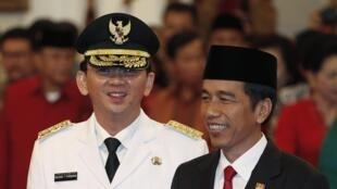 Le nouveau gouverneur de Jakarta, Basuki Tjahaja Purnama (G), aux côté du président Joko Widodo après sa prestation de serment, le 19 novembre 2014.