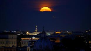 Superlua vista no céu de Roma, na Itália