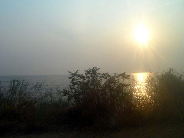 Lever du soleil dans la région d'Uvira, sur le majestueux Lac Tanganyika qui relie la RD Congo à ses voisins.