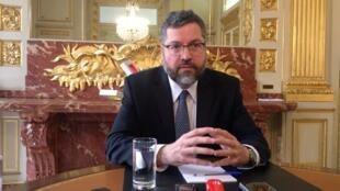 O chanceler Ernesto Araujo concedeu uma coletiva de imprensa na embaixada do Brasil em Paris nesta sexta-feira (24).