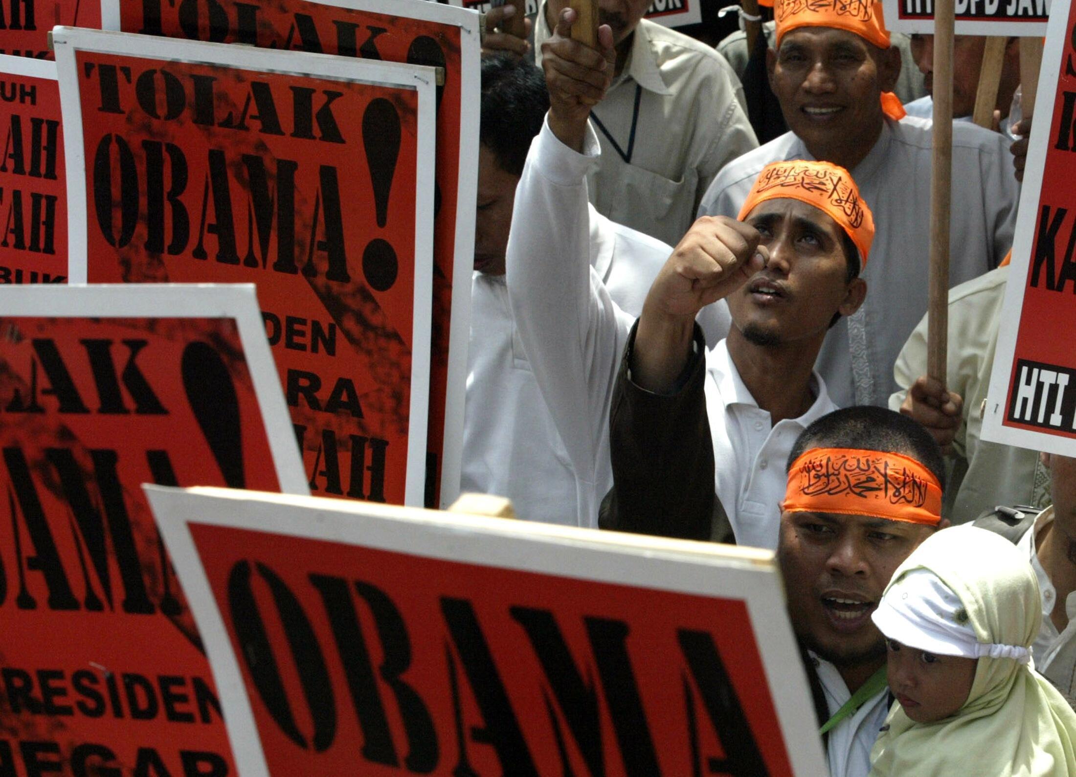 Các thành viên nhóm Hồi giáo Hizbut Tahrir Indonesia biểu tình tại Surab, ngày 14/03/2010, phản đối chuyến thăm của tổng thống Mỹ Obama
