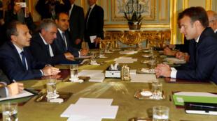 Tổng thống Pháp Emmanuel Macron (phải) tiếp bộ trưởng Ngoại Giao Liban Gebran Bassil, tại Paris ngày 14/11/2017 nhằm tìm lối thoát cho cuộc khủng hoảng Trung Đông.