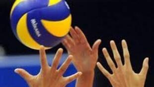 Bola e mãos de jogadores de Vóleibol