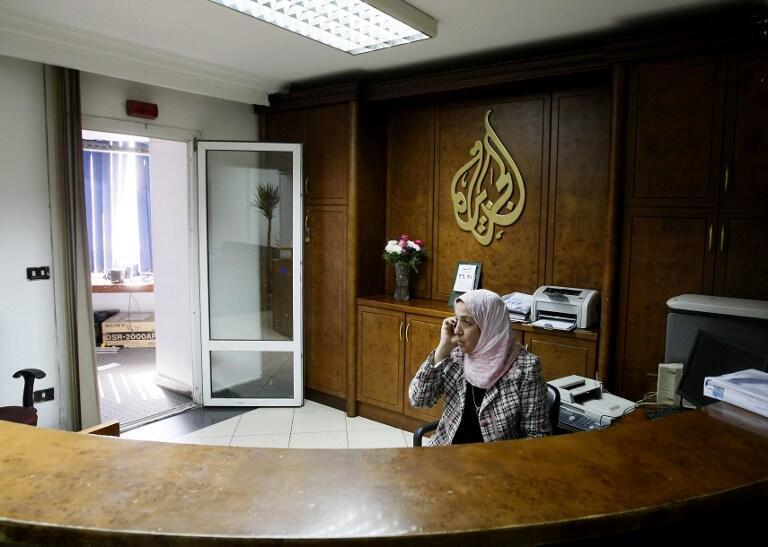 En Egypte, la chaîne de télévision qatarienne al-Jazira fait l'objet d'attaques de toutes parts.