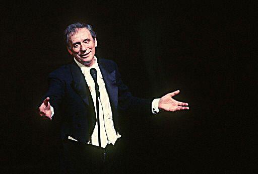 Nghệ sĩ Yves Montand biểu diễn trên sâu khấu ngày 13/10/1981.