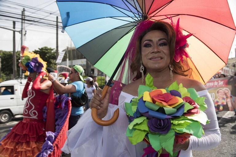 Miembros de la comunidad LGBTI marchan en Sal Salvador, el 30 de junio de 2018.