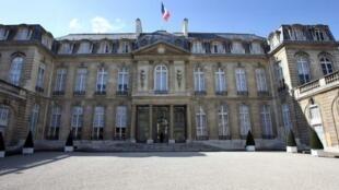 A entrada do palácio do Eliseu na rua du Faubourg Saint-Honoré
