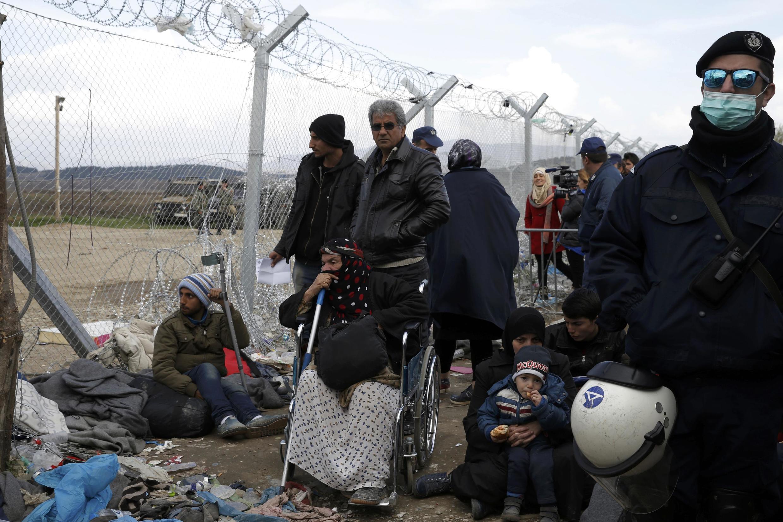 Migrantes na fronteira entre Grécia e Macedônia